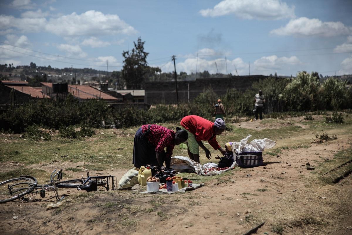 Les femmes des villages et des zones rurales du Kenya ont difficilement accès aux marchés et, très souvant, elles sont obligées de vendre leurs productions en bordure de route