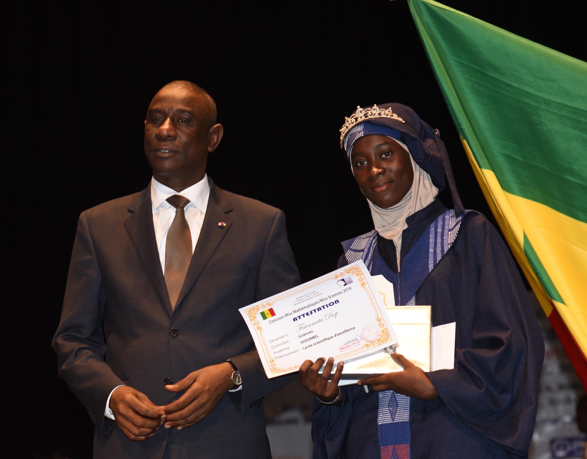 Fatoumata Diop Miss Sciences et le Ministre Mamadou Talla