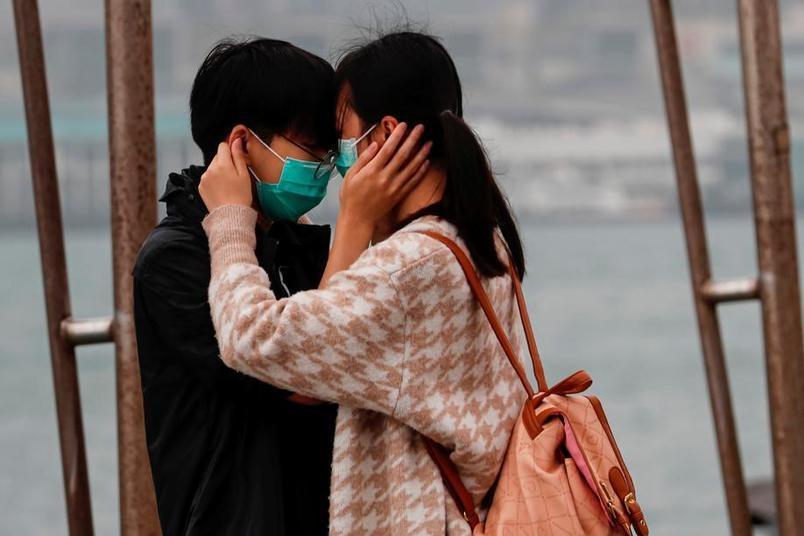 Hongkong, pour la Saint-Valentin, les masques remplacent les fleurs